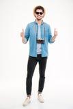 Szczęśliwy ufny mężczyzna z starą rocznik kamerą pokazuje aprobaty Zdjęcia Royalty Free