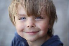 Szczęśliwy umorusany dzieciak obrazy royalty free