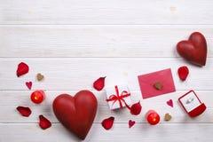 Szczęśliwy valentines dzień, miłość symboli/lów pojęcie na białym drewnianym tekstury tle/ fotografia stock