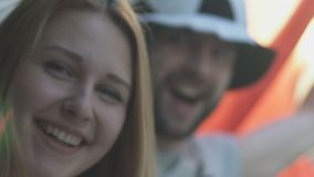 Szczęśliwy Włochy wachluje krzyczeć patrzeć w kamerę, sportive para, mistrzostwo zbiory wideo