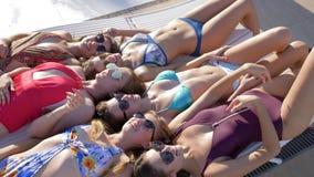 Szczęśliwy wakacje, seksowna kobieta komunikuje kłamać na deckchair zakończeniu na kurorcie w kostiumu kąpielowym zdjęcie wideo