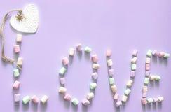 Szczęśliwy walentynka dnia miłości symbolu znak Minimalny płaski projekt Słodki jedzenie Purpurowy tło Odgórny widok kosmos kopii fotografia royalty free