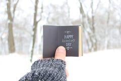 Szczęśliwy walentynka dzień - książka z inskrypcją Ostrość na palcu zdjęcia royalty free