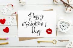 Szczęśliwy walentynki ` s dnia literowanie na rocznika papieru prześcieradle z złotym kluczem, serce kształtował budzika, czerwon Fotografia Royalty Free