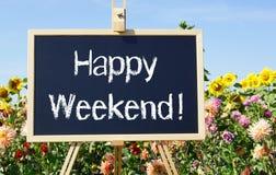 Szczęśliwy weekend - chalkboard z tekstem w lato ogródzie fotografia stock