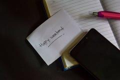 Szczęśliwy Weekendowy słowo pisać na papierze Szczęśliwy Weekendowy tekst na workbook, Czarny tła pojęcie zdjęcie royalty free