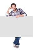 Szczęśliwy wieka średniego mężczyzna przedstawia pustego sztandar fotografia royalty free