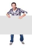 Szczęśliwy wieka średniego mężczyzna przedstawia pustego sztandar zdjęcia royalty free