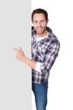 Szczęśliwy wieka średniego mężczyzna przedstawia pustego sztandar obrazy royalty free