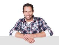Szczęśliwy wieka średniego mężczyzna przedstawia pustego sztandar Zdjęcia Stock