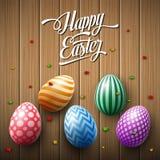 Szczęśliwy Wielkanocny jajko z confetti na drewnianym brown tle Obrazy Royalty Free