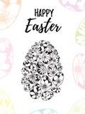 Szczęśliwy Wielkanocny kartka z pozdrowieniami z ręka rysującym literowaniem i czarny i biały jajka z kwiecistymi elementami royalty ilustracja
