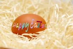 Szczęśliwy Wielkanocny kolorowy tekst, Szczęśliwa wielkanoc w Angielskim, pisać na kurczaka jajku obraz stock