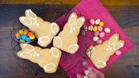 Szczęśliwy Wielkanocny koszt stały z Wielkanocnego królika ciastkami i cukierku timelapse zdjęcie wideo