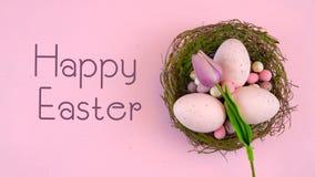 Szczęśliwy Wielkanocny koszt stały z Wielkanocnymi jajkami i dekoracje z animowanym tekstem zbiory
