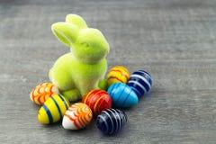 Szczęśliwy Wielkanocny królik i barwioni jajka Fotografia Royalty Free