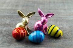 Szczęśliwy Wielkanocny królik i barwioni jajka Zdjęcia Royalty Free