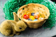 Szczęśliwy Wielkanocny królik i barwioni jajka Zdjęcie Royalty Free