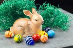 Szczęśliwy Wielkanocny królik i barwioni jajka Fotografia Stock