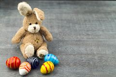 Szczęśliwy Wielkanocny królik i barwioni jajka Obrazy Royalty Free