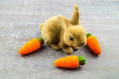 Szczęśliwy Wielkanocny królik i barwioni jajka Zdjęcie Stock