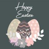 Szczęśliwy Wielkanocny literowanie Wielkanocny jajko dekorował z różnym kwiecistym elementu wzorem Zdjęcie Stock