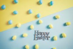 Szczęśliwy Wielkanocny mieszkania Lay projekt w Punchy Pastelowych Colours Zdjęcie Stock