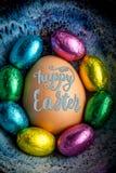 Szczęśliwy wielkanocy 2017 literowanie na jajku wykładał z małą czekoladą eg. Zdjęcie Stock