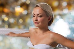 Szczęśliwy womani obsiadanie w jacuzzi przy poolside Fotografia Stock