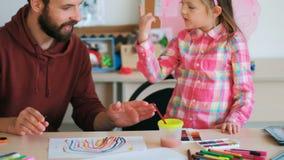 Szczęśliwy wychowywa nauczyciela obliczenie zdjęcie wideo