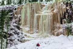Szczęśliwy wycieczkowicz iść puszek w głębokim śniegu obraz royalty free