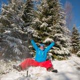 Szczęśliwy wycieczkowicza mężczyzna ma zabawę w pogodnym zima dniu Zdjęcia Stock