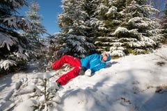 Szczęśliwy wycieczkowicza mężczyzna ma zabawę w pogodnym zima dniu Obraz Royalty Free