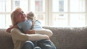 Szczęśliwy z podnieceniem wnuczki dziecka dziewczyny dostawanie teraźniejszy od kochającej babci zbiory wideo