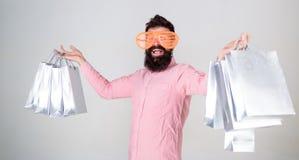 Szczęśliwy zakupy z wiązek papierowymi torbami Robić zakupy uzależnionego konsumenta Zyskowna transakcja Dlaczego dostawać gotowy obrazy stock