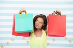 szczęśliwy zakupy zdziwiona dziewczyna z torba na zakupy na sprzedaży, kopii przestrzeń e handlu marketing i interneta rozkazywać zdjęcia stock