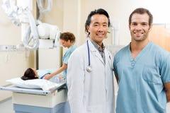 Szczęśliwy zaopatrzenie medyczne Z pacjentem W sala szpitalnej Fotografia Stock