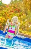 Szczęśliwy zdrowy dziecko w swimwear pozyci w pływackim basenie Zdjęcie Stock