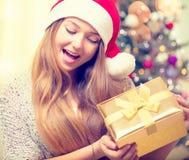 Szczęśliwy zdziwiony dziewczyny otwarcia prezenta pudełko obrazy stock