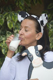 Szczęśliwy zrelaksowany dojrzały kobiety drinkign mleko Fotografia Stock