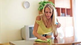 Szczęśliwy zwyczajny kobiety cleaning stół Obrazy Stock