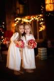 Szczęśliwych dziewczyn dziewczyn smokingowego bielu siostrzany ciemny tło z Zdjęcie Stock