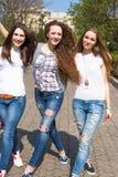 Szczęśliwych nastoletnich dziewczyn hawing zabawa wydaje czas w miasto parku wpólnie Zdjęcie Stock