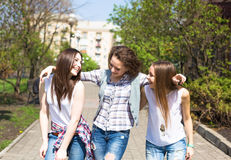Szczęśliwych nastoletnich dziewczyn hawing zabawa wydaje czas w miasto parku wpólnie Zdjęcia Royalty Free