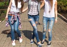 Szczęśliwych nastoletnich dziewczyn hawing zabawa wydaje czas w miasto parku wpólnie Zdjęcie Royalty Free