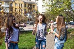 Szczęśliwych nastoletnich dziewczyn hawing zabawa wydaje czas w miasto parku wpólnie Obraz Stock