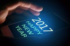 2017 Szczęśliwych nowego roku pojęcia, ręki mień telefon komórkowy, i tekst Zdjęcia Stock