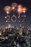 2017 Szczęśliwych nowy rok fajerwerków nad Tokio pejzażem miejskim przy nocą, Jap Fotografia Royalty Free