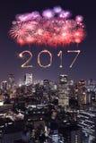 2017 Szczęśliwych nowy rok fajerwerków nad Tokio pejzażem miejskim przy nocą, Jap Fotografia Stock