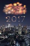 2017 Szczęśliwych nowy rok fajerwerków nad Tokio pejzażem miejskim przy nocą, Jap Zdjęcie Royalty Free